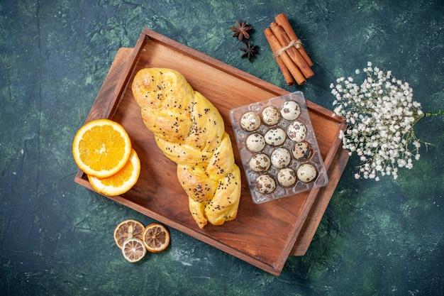 Vue de dessus de délicieuses pâtisseries avec des œufs de caille sur la surface bleu foncé
