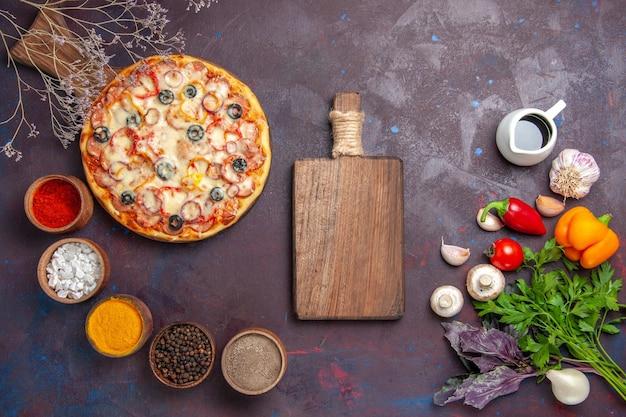 Vue de dessus de délicieuses pizzas aux champignons avec des olives au fromage et des assaisonnements sur un sol sombre pâte alimentaire repas de pizza italien