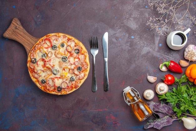 Vue de dessus de délicieuses pizzas aux champignons avec des olives au fromage et des assaisonnements sur une surface sombre repas italien pâte collation pizza