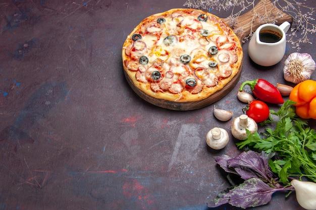 Vue de dessus de délicieuses pizzas aux champignons avec des olives au fromage et des assaisonnements sur une surface sombre repas de pizza de pâte cuisine italienne