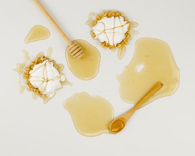 Vue de dessus de délicieuses taches de miel