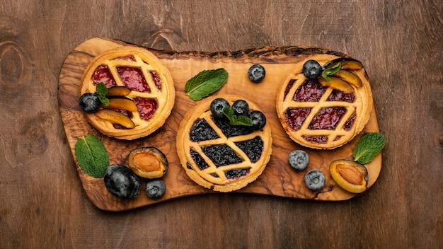 Vue de dessus de délicieuses tartes aux fruits aux prunes
