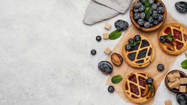 Vue de dessus de délicieuses tartes aux fruits avec espace copie