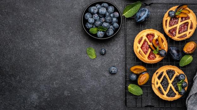 Vue de dessus de délicieuses tartes aux prunes et espace copie