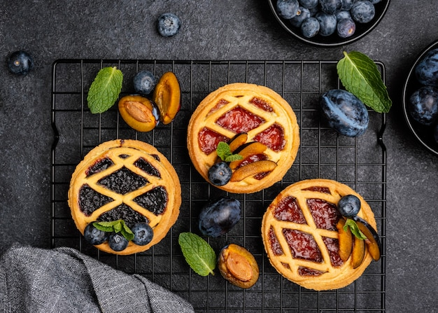 Vue de dessus de délicieuses tartes aux prunes