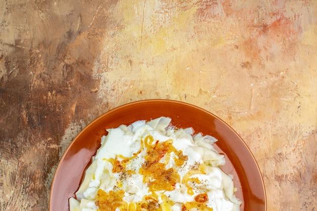 Vue De Dessus De Délicieuses Tranches De Pâte Avec Du Yogourt Et De L'huile Sur Une Surface Légère Photo gratuit