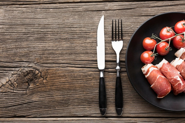 Vue de dessus de délicieuses viandes aux tomates sur la table