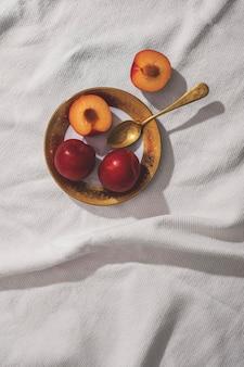 Vue de dessus de délicieux abricots sur assiette