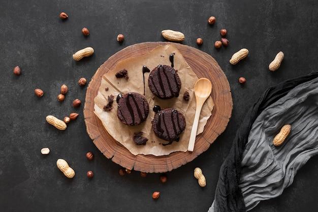 Vue de dessus délicieux arrangement de chocolat sur fond sombre