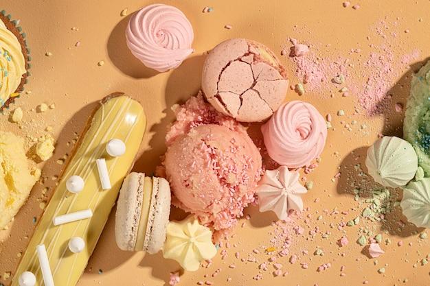 Vue de dessus délicieux arrangement de desserts