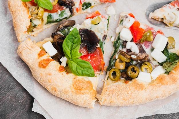 Vue de dessus délicieux arrangement de pizza