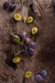 Vue de dessus délicieux arrangement de prunes