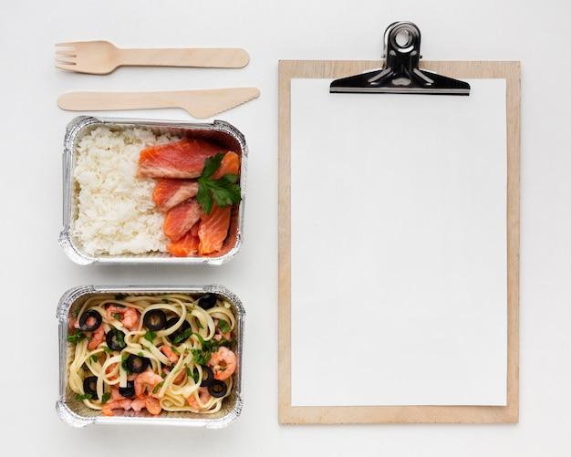Vue de dessus délicieux arrangement de repas avec presse-papiers vide