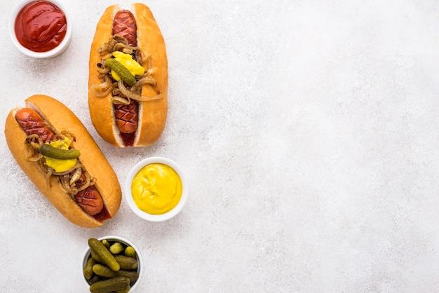 Vue de dessus délicieux assortiment de hot-dogs