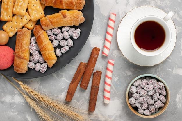 Vue de dessus de délicieux bagels avec des craquelins à la cannelle et des biscuits sur le bureau blanc biscuit gâteau sucré tarte au sucre cookie crisp