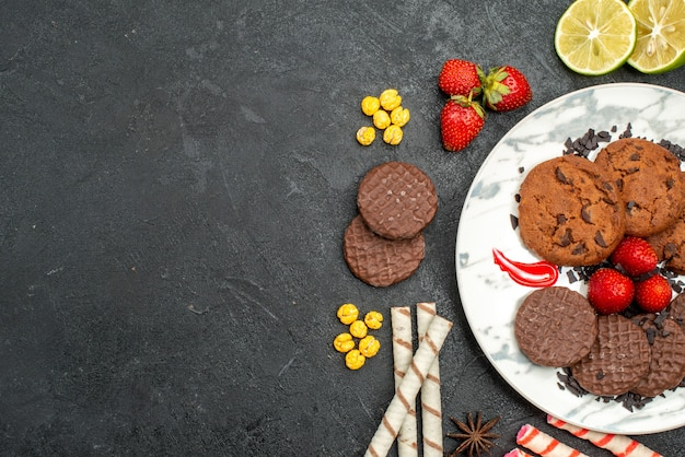 Vue de dessus délicieux biscuits choco pour le thé sur le fond sombre biscuit sucré thé au sucre