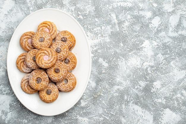 Vue de dessus de délicieux biscuits ronds à l'intérieur de la plaque sur l'espace blanc