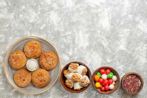 Vue de dessus délicieux biscuits de sable à l'intérieur de la plaque sur fond blanc