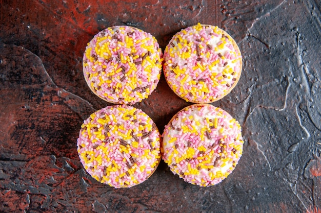 Vue de dessus de délicieux biscuits sucrés sur fond rouge foncé doux biscuit à tarte horizontale gâteau au thé au sucre