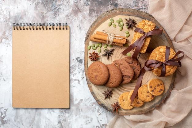 Vue de dessus de délicieux biscuits sucrés sur la table lumineuse