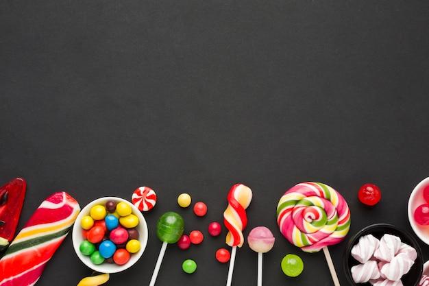 Vue de dessus de délicieux bonbons sur tableau noir
