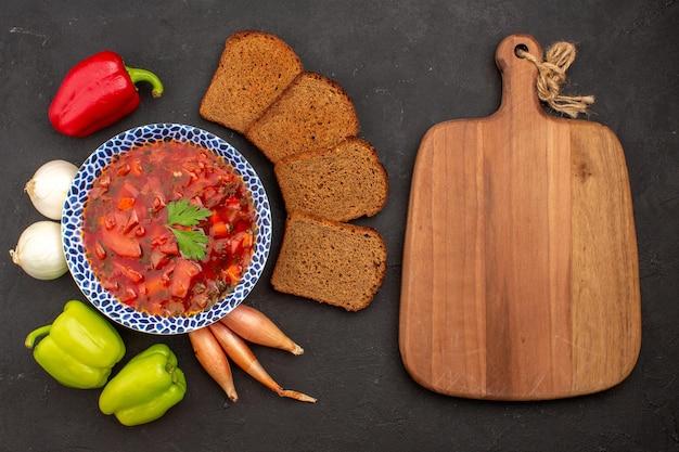 Vue de dessus délicieux bortsch avec légumes frais et pains sur l'espace sombre