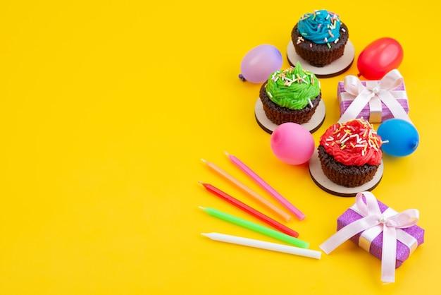 Une vue de dessus de délicieux brownies au chocolat à base de bonbons et de boules sur jaune, couleur biscuit gâteau bonbon