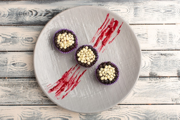 Vue de dessus de délicieux brownies au chocolat avec des pépites de chocolat