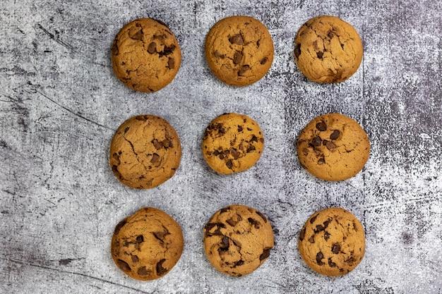 Vue de dessus de délicieux cookies aux pépites de chocolat sur une surface texturée