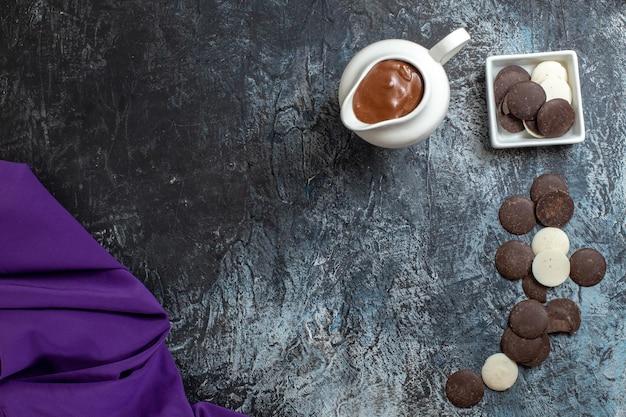 Vue de dessus de délicieux cookies sur une surface sombre