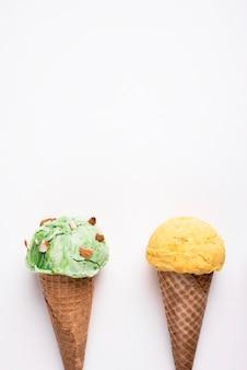 Vue de dessus de délicieux cornets de crème glacée avec espace copie