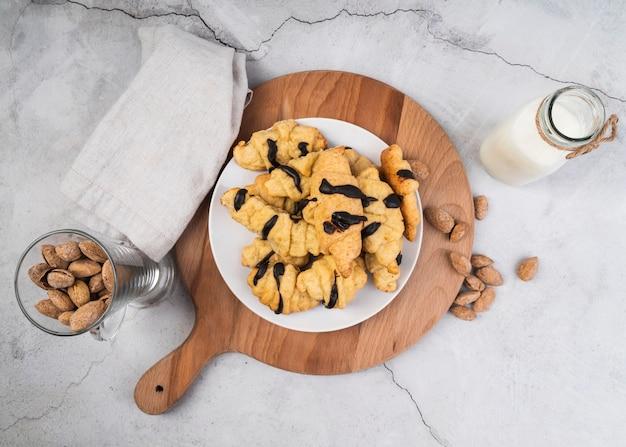 Vue de dessus de délicieux croissants sur la table
