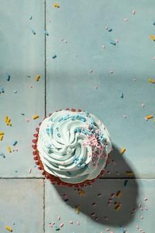 Vue de dessus délicieux cupcake avec glaçage