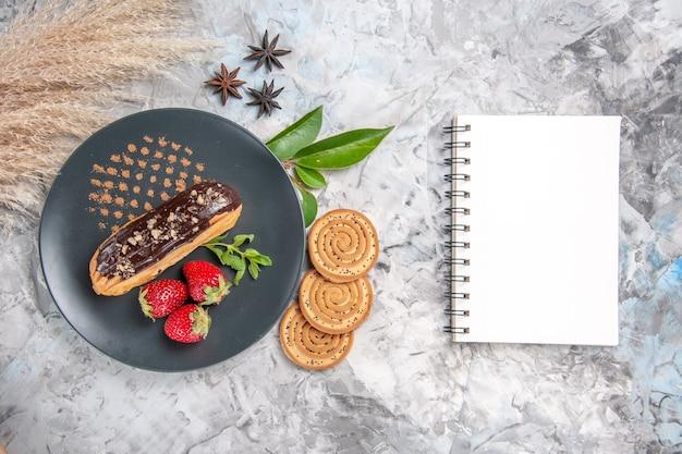 Vue de dessus de délicieux éclairs au chocolat avec des biscuits sur un gâteau de dessert aux biscuits légers