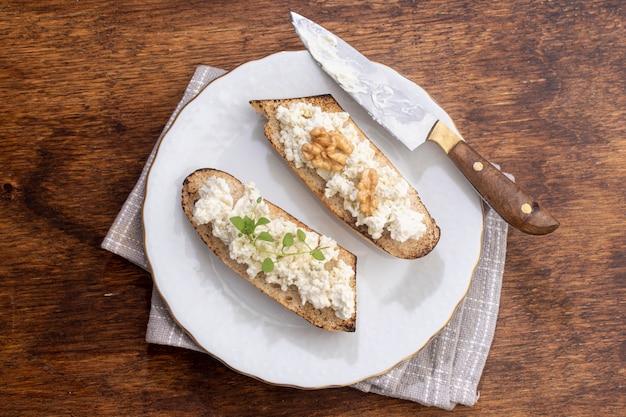 Vue de dessus délicieux fromage sur du pain