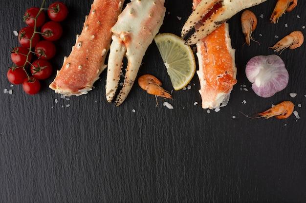 Vue de dessus de délicieux fruits de mer sur la table