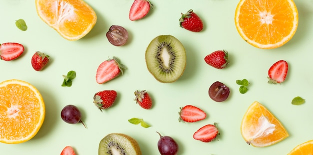 Vue de dessus de délicieux fruits sur la table