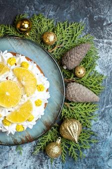 Vue de dessus délicieux gâteau crémeux aux fruits et cônes