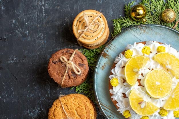 Vue de dessus délicieux gâteau crémeux avec des biscuits