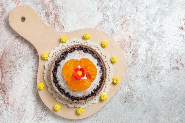 Vue de dessus délicieux gâteau dessert avec des mandarines tranchées sur fond blanc gâteau aux fruits dessert biscuit crème
