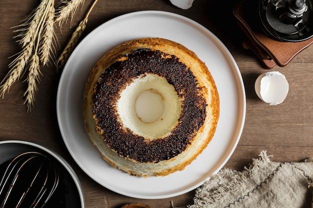 Vue de dessus délicieux gâteau fait main sur une plaque