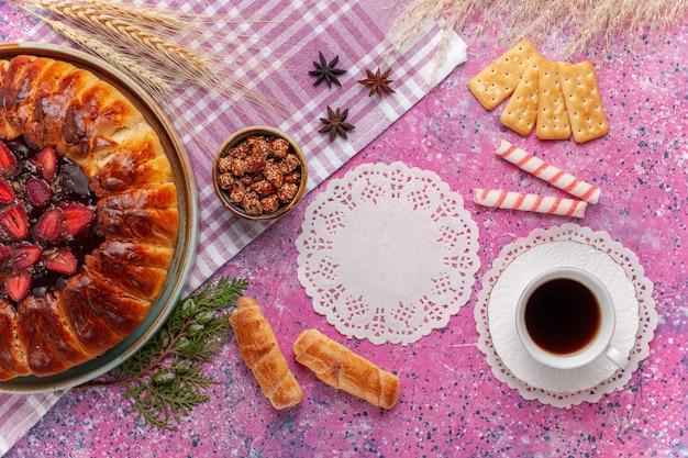 Vue de dessus délicieux gâteau fruité tarte aux fraises sur le rose