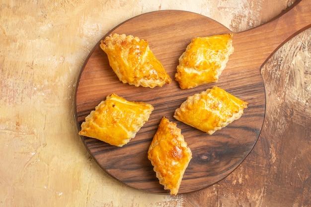Vue de dessus de délicieux gâteaux aux noix sur une surface en bois
