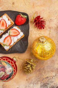 Vue de dessus de délicieux gâteaux crémeux aux fruits sur fond clair