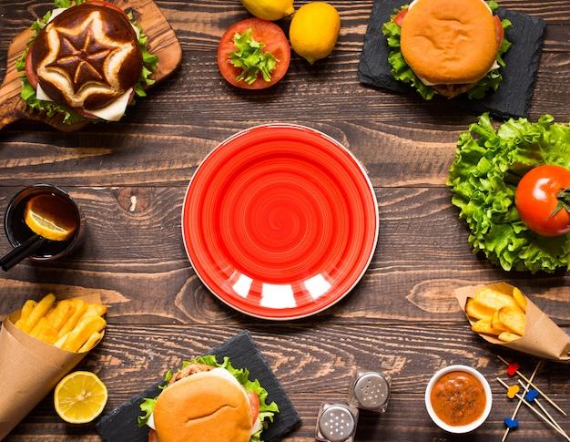 Vue de dessus d'un délicieux hamburger, avec des légumes, sur une surface en bois.