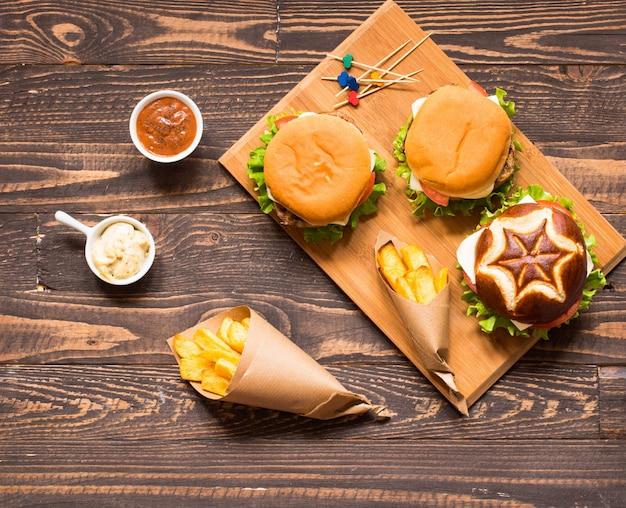 Vue de dessus de délicieux hamburger, avec des légumes, sur une table en bois