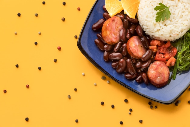 Vue de dessus de délicieux haricots avec des saucisses