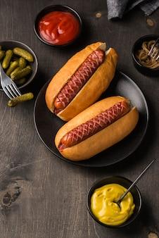 Vue de dessus de délicieux hot-dogs sur assiette