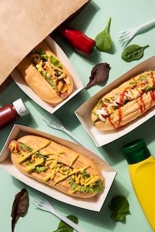 Vue de dessus de délicieux hot-dogs avec du ketchup et de la moutarde
