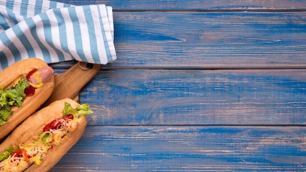 Vue de dessus de délicieux hot-dogs avec espace copie